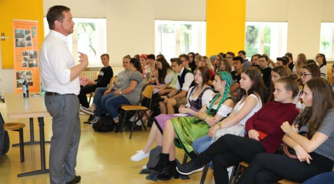 Bundestagsabgeordneter Uli Grötsch steht Schülerinnen und Schülern Rede und Antwort