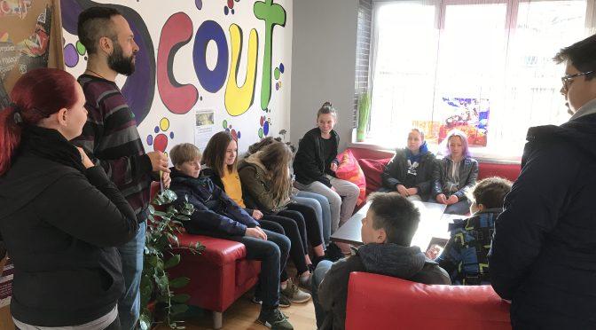 """Wirtschaftsschülerinnen und -schüler erkunden das Schülercafé """"Scout"""""""