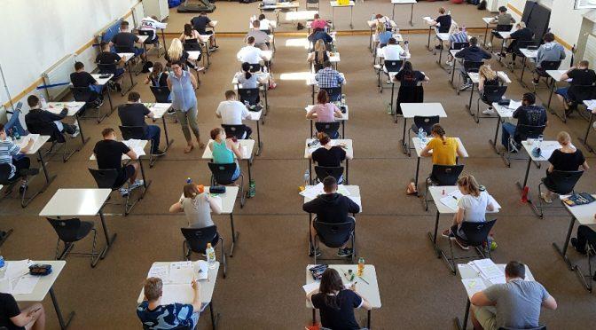 Schüler schwitzen an der Wirtschaftsschule Weiden