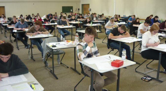 Schüler schwitzen über den Abschlussprüfungen an der Wirtschaftsschule Weiden